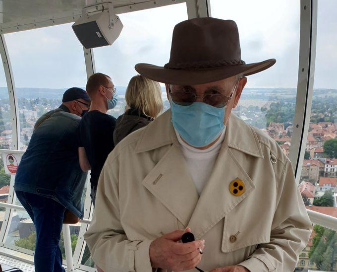 Auf der Aussichtsplattform - Blinder mit Hut und Maske